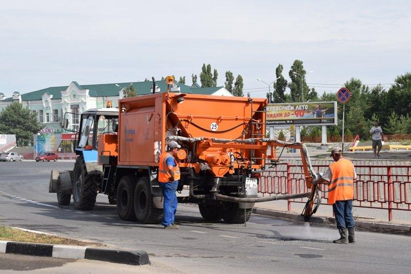 В Камышине начали ремонтировать дороги с помощью пневмонабрызга