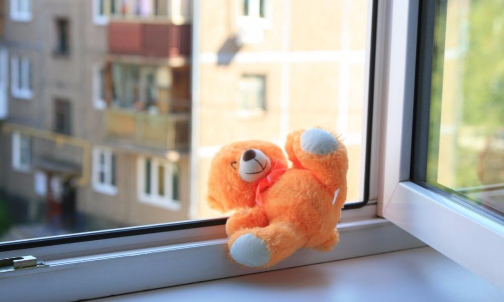 В Волгоградской области ребёнок выпал из окна