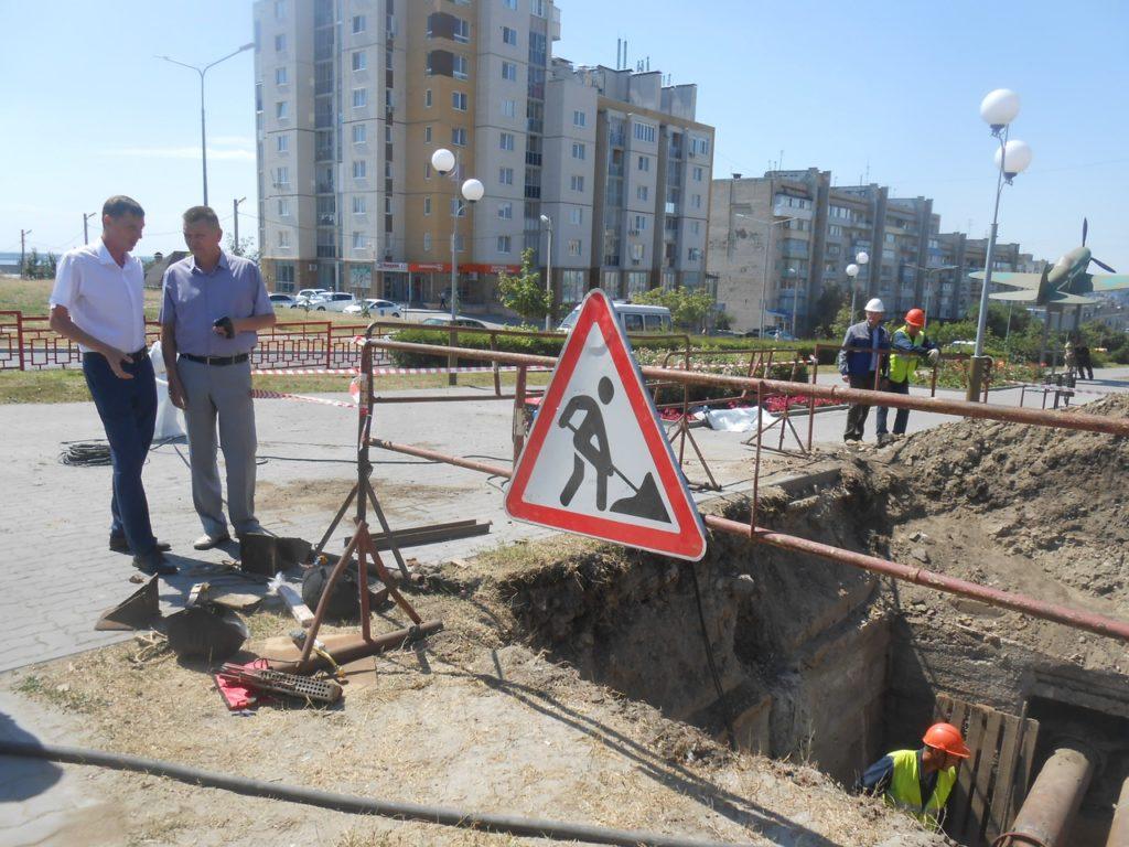 На пересечении улиц Ленина и Некрасова в Камышине ведется плановая замена двух конвекторов