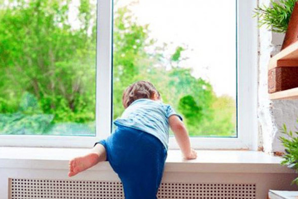 Ребенок вскарабкивается на подоконник