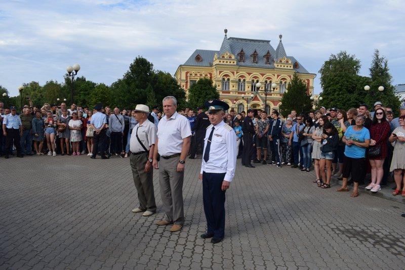 Перед зданием Камышинского историко-краеведческого музея прошли проводы новобранцев на военную службу в Вооруженные Силы РФ