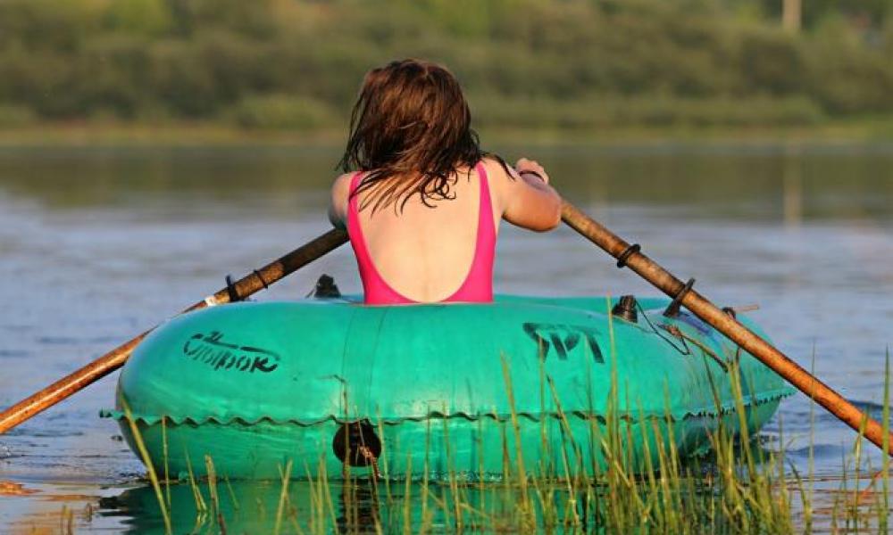 В Камышине спасли женщину на надувной лодке