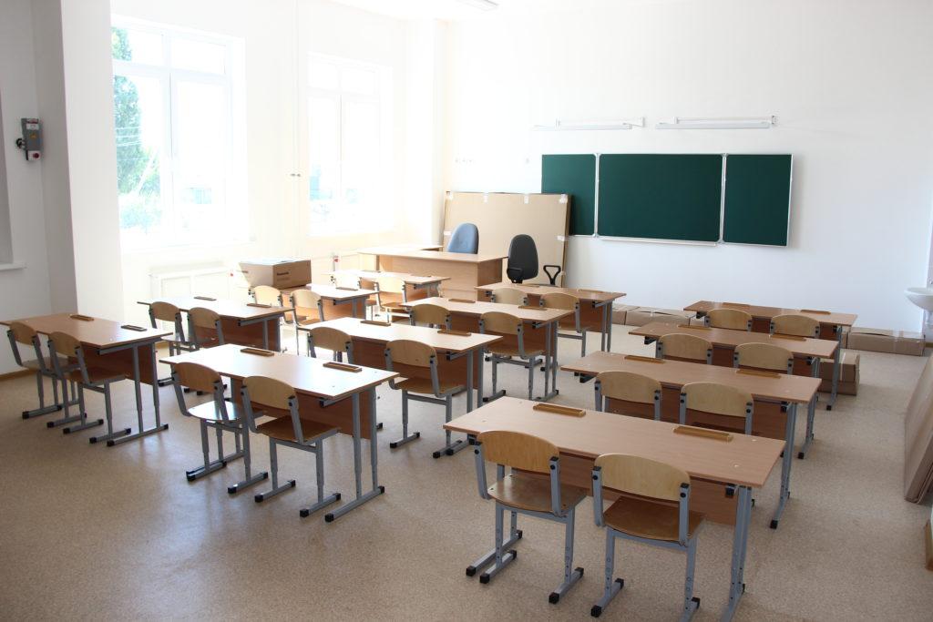 Во все классы новой школы в Камышине завезли мебель