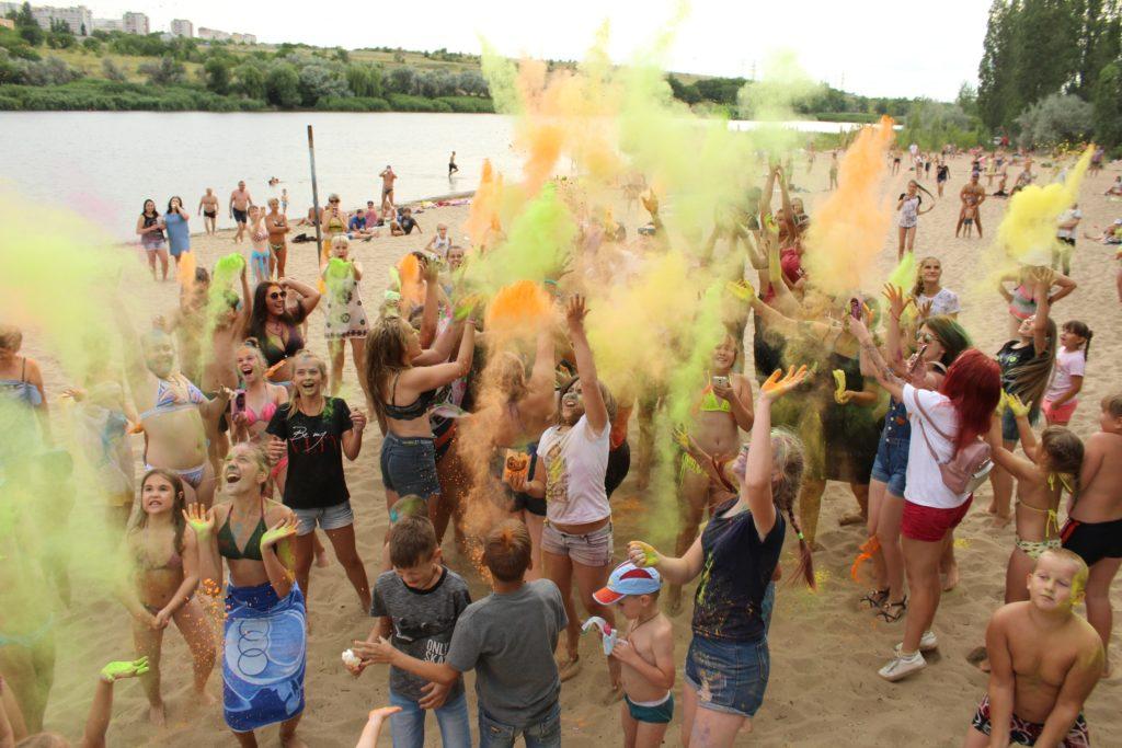 Запуск красок холли на День молодежи в Камышине