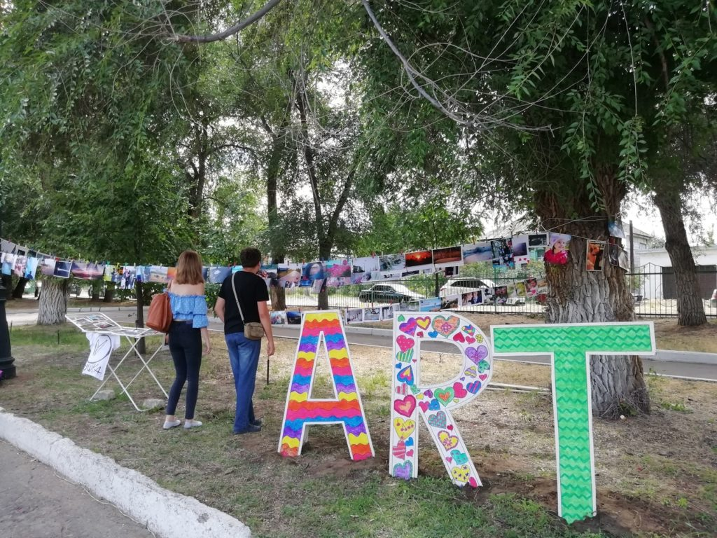 """Народная выставка """"Сушка"""" в городском парке Камышина на День молодежи"""